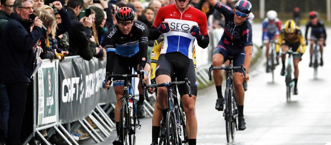 Dolgelukkig flitst David Dekker van de SEG Racing Academy over de eindstreep van de 60ste Craft Ster van Zwolle, vóór Olav Kooij (Jumbo-Visma) en Coen Vermeltfoort (VolkerWessels-Merckx). Foto: Bert Treep